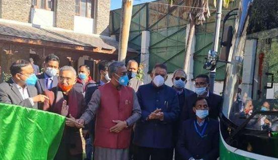 उत्तराखंड : मुख्यमंत्री ने प्रदेश की पहली इलेक्ट्रिक बस को दिखाई हरी झंडी, कहा- जल्द दौड़ेगी पहाड़ों में,