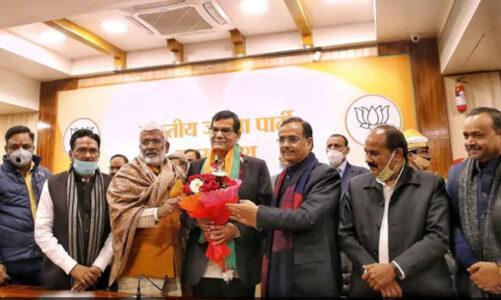 20 साल से नरेंद्र मोदी के साथ  रहे अफसर BJP में शामिल