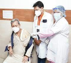 मुख्यमंत्री  व उनकी पत्नी  ने दून मेडिकल कॉलेज अस्पताल में कोविड वैक्सीनेशन करवाया
