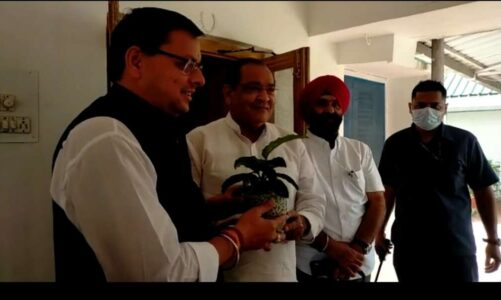 मुख्यमंत्री धामी ने यमुना कालोनी पहुंचकर कैबिनेट मंत्री यशपाल आर्य से उनके निवास पर मुलाकात की